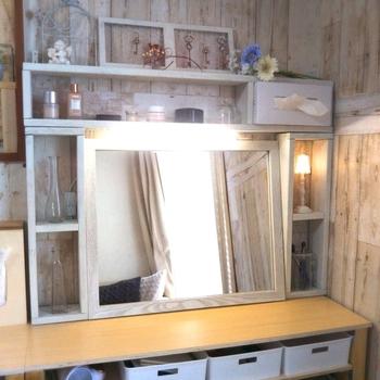リーズナブルな価格のニトリの鏡は、手軽に自分好みにリメイクしている人も多いようです。こちらはウォールミラーをアンティーク風にかわいらしくリメイク♪