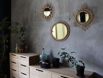 モダンでかわいらしい玄関を演出してくれるのが、丸い鏡。ひとつで飾っても、こんなふうに複数を飾り付けてもアートのようでおしゃれな空間に。