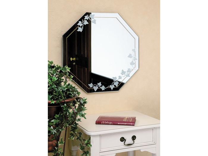 八角形の鏡は、少しノスタルジックなイメージに。どこに飾ってもバランスよく決まるので、どんな玄関にも似合います。ツタがデザインされたこちらの鏡は、どこか懐かしい大正ロマン風のレトロさが魅力。