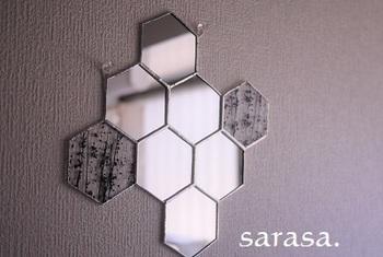 もっとスタイリッシュなものがお好みなら、玄関をシックにまとめてくれる六角形の鏡がおすめ。六角形が連なったこんなデザインなら、玄関に辛口のアクセントをプラスしてくれます。