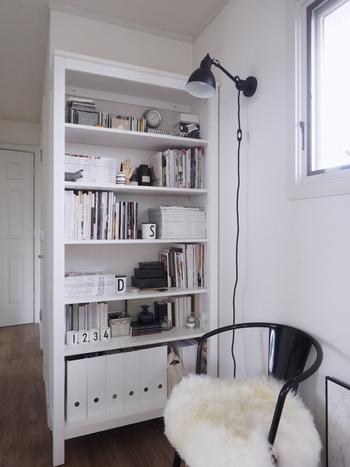 IKEAのホワイトの本棚は、白い壁に溶け込んで一体化してくれるので圧迫感がありません。モノトーンを基調とした北欧スタイルに仕上げるのも素敵です。  サイズ展開が豊富なIKEA。「BILLY(ビリー)」等、上部ユニットが追加可能で、スペースを無駄なく活用できるシリーズも。壁一面収納だって可能です。