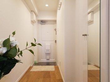 また、鬼門に鏡を置くときも同様に注意が必要です。照明を明るく保ち、清潔感のある玄関を心掛けるようにしてください。