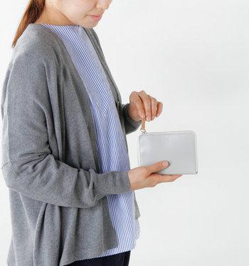「irose(イロセ)」の、小さなバッグなどにも入れやすいミディアムサイズのお財布です。コンパクトながら、お札部分は仕切り付きで2ポケット、コインポケットは開口部が大きく開き取り出しやすい作りになっています。愛用するほどに美しい艶が出て、あなただけの愛するお財布に。