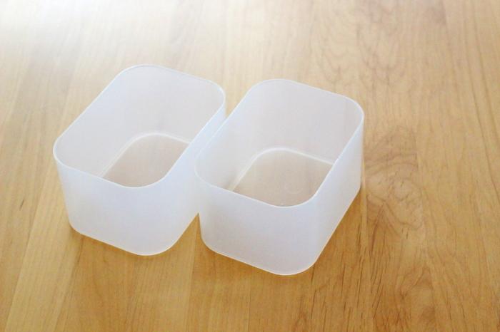 収納する物に合わせて深さと幅を選べる、ポリプロピレンのメイクボックス。ほどよく中身が見える半透明の素材で、汚れも洗い落とせる優れものです。