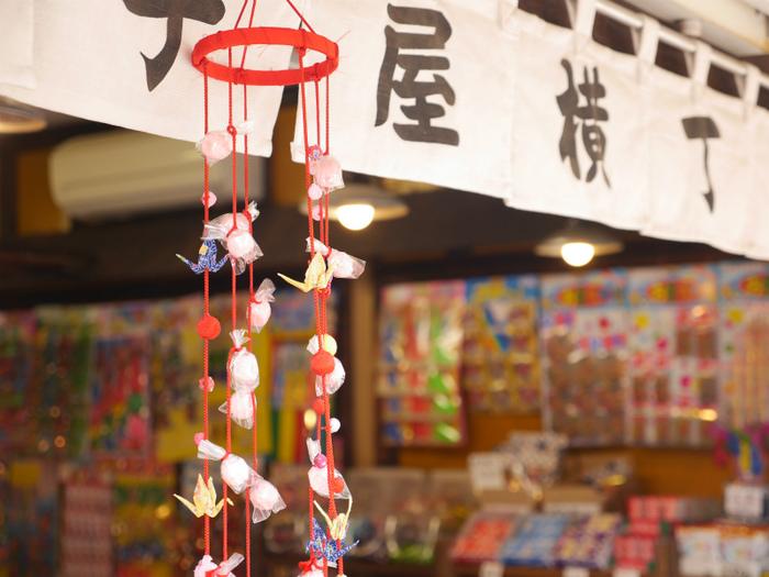菓子屋横丁に一歩入ると、昭和レトロなお店にノスタルジックな気持ちがよみがえります。明治初頭にここで駄菓子を製造販売したのが始まりと言われていて、昭和初期には70軒以上の店があったそうですが、現在は約20軒ほど。