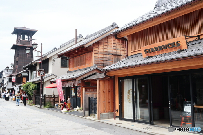 """蔵造りの町並み中央あたりにそびえる鐘つき堂は、川越のシンボルです。「時の鐘」は木造で、3層のやぐらの高さは約16メートル。響きの良い鐘の音色は、環境省の「残したい""""日本の音風景100選""""」にも認定されました。"""