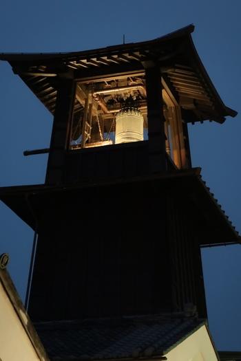 現在は機械仕掛けで鐘がつかれています。午前6時・正午・午後3時・午後6時の1日4回鳴る鐘の音は、江戸情緒を思い起こさせます。昼間はもちろん、夕暮れ時に響く鐘の音もまたステキ。ぜひ足をとめて耳をすませてみませんか?