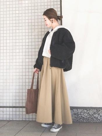 ショート丈なので、裾にボリュームがあるロングスカートともバランスが取りやすいんですよ。