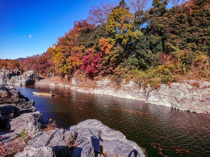秩父鉄道の長瀞駅から徒歩5分ほどのところにある「長瀞の岩畳」は、埼玉を代表する景勝地のひとつ。荒川に沿って幅約50メートル、長さは約600メートル続く岩畳は、地質学上とても珍しく「地球の窓」とも呼ばれています。