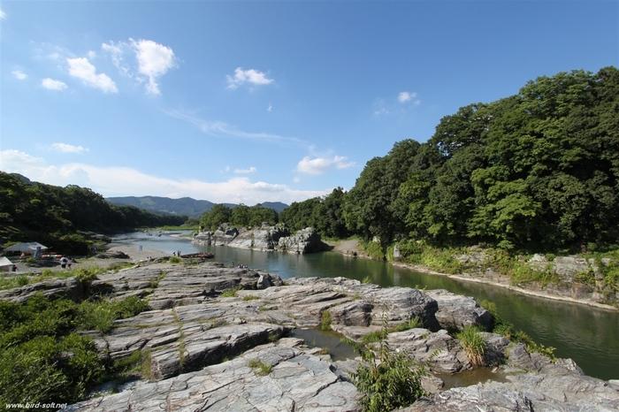 """岩畳は実際に歩くことができます。この奇岩帯には、「虎岩(とらいわ)」と呼ばれる茶褐色と白色の縞模様をした幅15メートルほどの岩があり、これを見た宮沢賢治は「つくづくと""""粋なもやう(模様)の博多帯""""荒川ぎしの片岩のいろ(色)」と句を詠んだと言われています。"""