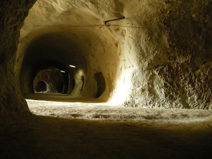 一角は墓穴とは違う巨大な穴が空いていて、第二次世界大戦の地下軍需工場として掘られたものだそう。現在もその跡が残っていて、直径3メートルほどの開口部を持つ洞窟が縦横に交差して、碁盤の目のようになっているのが特徴です。