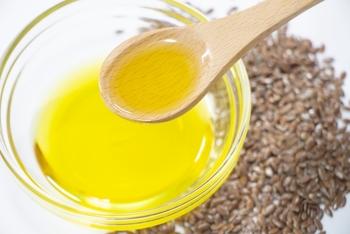 このような、きれいな黄金色の亜麻仁油。  やや特有の風味があるので、そのままよりは混ぜて使った方が食べやすいかもしれません。