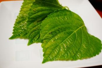 「えごま」とは、日本最古の油脂植物と考えられる伝統食材で、シソ科の植物です。  「えごま」という名でも、胡麻(ゴマ)との違いは、一目瞭然。  韓国ではえごまの葉のキムチ漬けが有名ですよね。