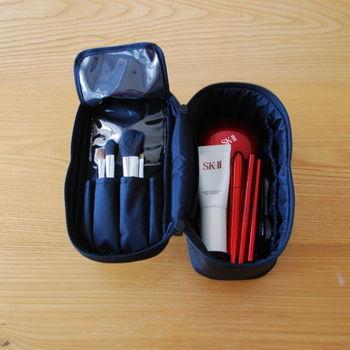 仕切りや筆入れ、メッシュのポケットなどが付いており、コスメをきちんと整理して収納できます。見た目以上にたくさん収納でき、旅行用にも使えると評判のポーチです。