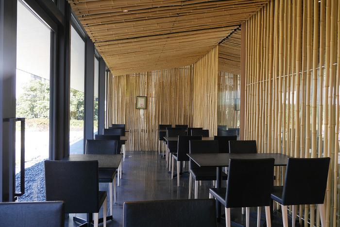 著名な建築家による室内は、モダン・シックでありつつも開放的。スイーツやお茶とともに贅沢な時間が過ごせそう。