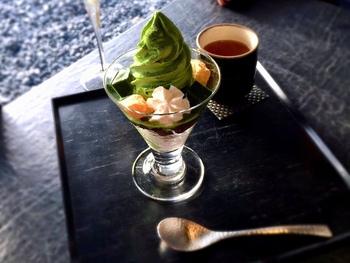 抹茶のパフェにはつめたくて濃厚な抹茶ソフトクリームが楽しめます。