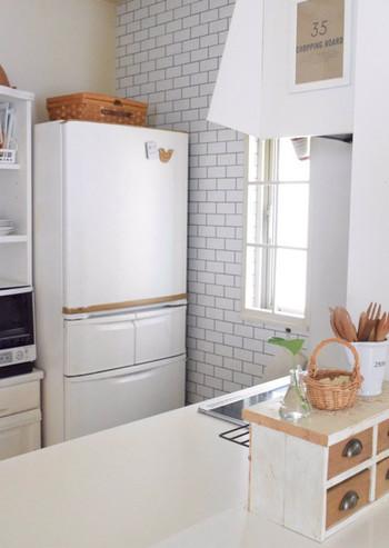 こちらのキッチンは、まず冷蔵庫の奥の壁を爽やかなホワイトのレンガ柄にリメイクし、、