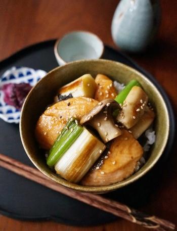 白いご飯に焼き魚も良いですが、忙しい時は一気に食べられる丼にしてしまいましょう。鮭の切り身を甘辛い味付けで照り焼きにして丼に。フライパンひとつで作れるので洗い物も少なくすみます。
