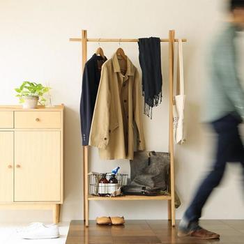 シンプルなデザインのハンガーラックは、場所を取らず、どんなお部屋にも馴染むのが大きな魅力。リビングや寝室はもちろん、玄関脇に置くのもおすすめです。