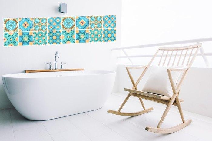 白一色の壁にアクセントをつけたい時は、ウォールステッカーを貼ってみると雰囲気がガラリと変わります。その場合には必ず、シャワーの水やお湯の蒸気が触れてもOKな耐水性のものを選んで下さいね。