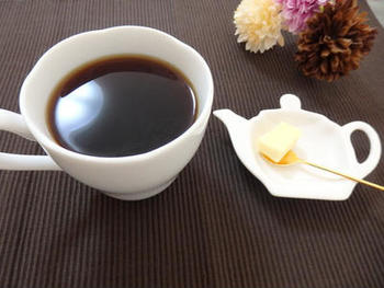 バターコーヒーは、高品質なコーヒーに、グラスフェッド(牧草だけを食べた牛の)バターとMCTオイルを加えて、朝食代わりにいただきます。クリーミーでカプチーノのような味わいが楽しめるコーヒー。