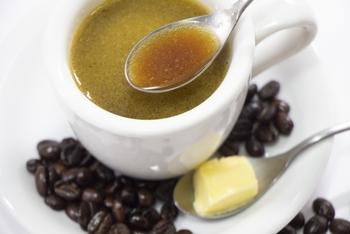 エスプレッソマシンや金属フィルターを使ってコーヒーを入れましょう。そしてただ混ぜるのではなく、よく溶かし合わせることが大切なんだそう。