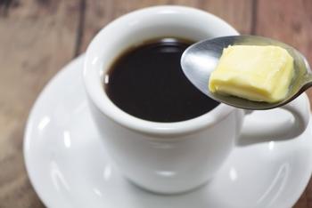 美味しいバターコーヒーを自宅で作るのは簡単です。  コツは… 上質な材料をきちんと揃えて作ること。