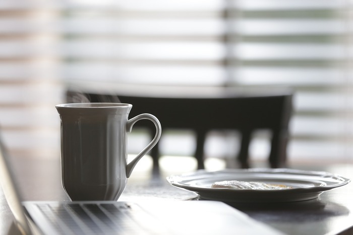 朝ごはん代わりに飲むと良いと言われてる理由は、バターコーヒーに入れるMCTオイルが脳の働きをクリアにし、エネルギッシュな1日を始める後押しをしてくれます。またバターコーヒーを朝の一杯にすれば、腹持ちが良く満腹感も得られるので、結果的に1日の摂取カロリーが抑えられます。無理なく痩せる手助けをしてくれるドリンクなんです。