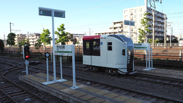 外のミニ運転列車コーナーでは、減速や速度制限などを自分で操作できる体験ができます。車両の種類は選べませんが、成田エクスプレスやあずさなどがあります。