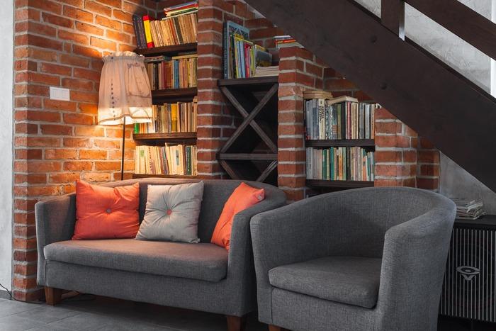 一方で、不要になっても捨てられず、壁面に家具を寄せにくいのもデメリットになるかもしれません。また、費用がかかるイメージも……。  ただ、画像のように板を渡す・既製品の本棚を壁に埋め込む等の方法なら、高額にならない場合も。予算内に収まるか、まずはお見積もりを。