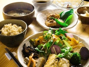 フレッシュなお野菜と手作りのお惣菜が食べ放題となるランチタイム。メインをひと品チョイスして、 お惣菜をたっぷりといただきましょう。お味噌汁と玄米ご飯も体に染みわたる美味しさです。