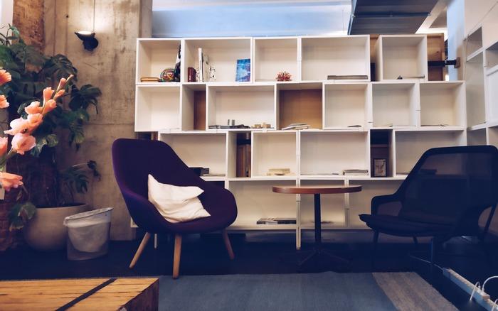 本棚は基本的に重たく動かしづらいもの。置く場所は慎重に選びたいですよね。  まずは動線をふさぐ位置にないかどうかチェックを。本棚を画像のように部屋の間仕切りとして使い、通り道を設ける時は、余裕をもって人がすれ違えるよう、通り道に1mほど間隔を空けて。