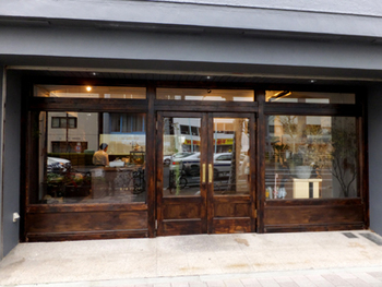 金土日の週末のみオープンする、蔵前で人気の焼き菓子店。昨年10月に移転し、1階に「菓子屋シノノメ」、2階にカフェ「喫茶半月」があります。アンティークな家具や古道具が揃う不思議な空間が魅力的。