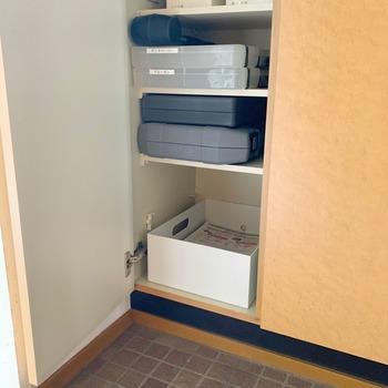 玄関に読み終わった新聞紙を入れる場所を作っておくのはどうでしょう。 下駄箱の中以外にも白のボックスに入れて、気になるなら上に布をかぶせておくと清潔感があっていいです。 ゴミの日にすぐに出せるので便利。