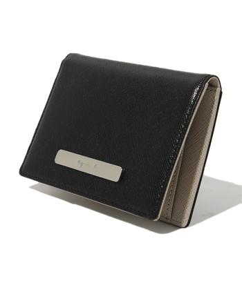 内側に4つ、外側に1つのポケットがついているのでパスケースとしての収納力は十分。型押しされた革を使用しているためキズが付きにくく、長く愛用できます。