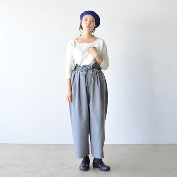 腰の丸みが特徴的なハイウエストパンツは、無地のミニマルトップスですっきりと。仕上げは鮮やかなベレー帽でアクセントを。