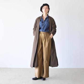 ほんのりミリタリーなベージュパンツにデニムシャツ。そんなメンズライクなコーディネートも、首元のボタンを開けたり袖をまくし上げたりと、小さく肌を見せることで女性らしさが漂います。