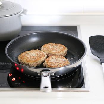 高級感のあるステンレスボディに、焦げ付きにくいフッ素樹脂加工。しかも、深さもあるので煮物など幅広い料理に使えて便利です。まず最初に買う調理器具としていいかもしれませんね。