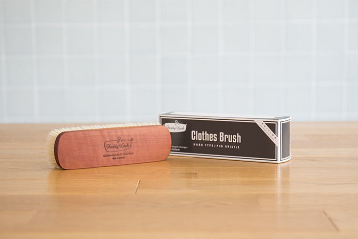 こちらはハリとコシのある豚気を使用したドイツ製のブラシ「Freddy leck(フレディレック)のクロスブラシ(ハード)」です。 しっかりとほこりを払ってくれる毛足が短いタイプ。ジャケットやアウターのお手入れにぴったりです。