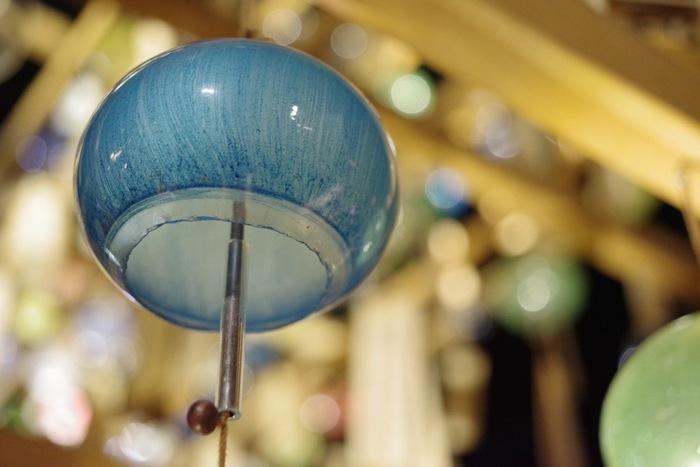 色とりどりの江戸風鈴が、毎年2,000個以上かけられています。手作りのため、よく見ると色や形、音色もさまざま。浴衣を着て、しっとりと出かけてみたくなりますね。