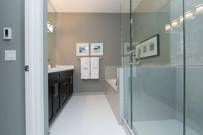 洗面所は水や洗剤などさまざまなものが飛び跳ねて壁につきます。壁紙を選ぶ時には、防水加工や防汚加工されたものがおすすめ。水や汚れで壁紙が痛むのを防いでくれます。