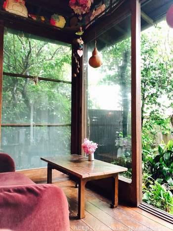 古民家らしい引き戸をひいて店内へ。 小さなちゃぶ台がかわいらしい座敷の席と、畳の部屋をぐるりと囲む板の間にはソファとテーブル席もあります。緑いっぱいの庭が見えるのが気持ちいい。
