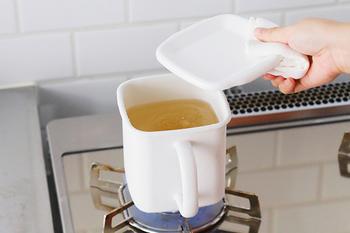 たとえば、冷蔵保存したスープを、直火でそのまま温め直すことができます。  琺瑯容器は電子レンジが使えませんが、直火では火の通りが早いため早く温めることができます。