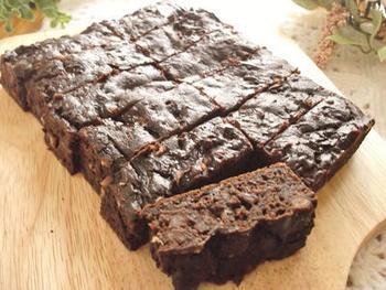 混ぜて焼くだけのグルテンフリーなブラウニーケーキです*  ケーキのもとには米粉とベーキングパウダーを使用しています。さっくりとした食感がおいしいです◎  小豆缶の消費に困ったときもおすすめのレシピです!