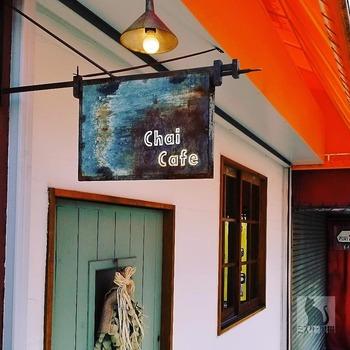 東急東横線 元住吉駅 東口より徒歩6分。 ミントグリーンの木の扉と、味のある吊り看板が目印の「チャイカフェ」。店内は、味のあるインテリアでまとめられ座席はテーブル席とカウンター席の合わせて12席。 こちらのカフェを訪れる地元の常連さんも多く、ランチ時には満席になるほどの人気だとか…。
