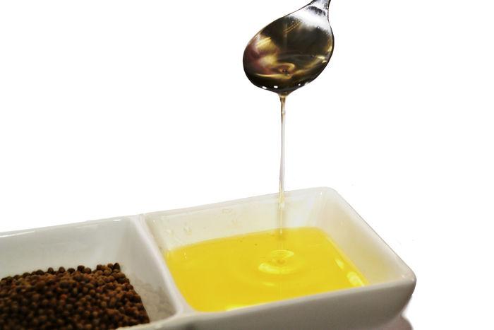 その種子から搾られたα-リノレン酸を豊富に含む油が、えごま油です。  気になる香りはというと・・フレッシュな状態で搾油された、あまり酸化が進んでいないものは、味も香りも、あまり感じません。酸化が進むと、若干味にクセがでるものが多いそう。  オリーブオイルのように、サラダに生でかけたりしていただいくのが◎です