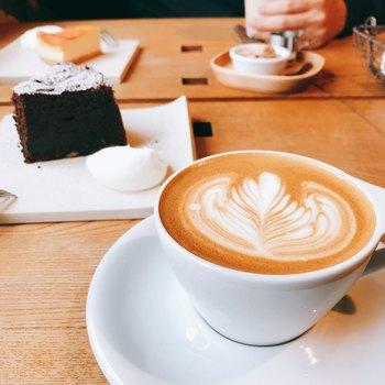 また、店内には「椿珈琲焙煎所」があり、こだわりの椿コーヒーはここから全国の椿サロンへと運ばれます。あたたかいカフェラテと一緒にとっておきのスイーツもどうぞ。