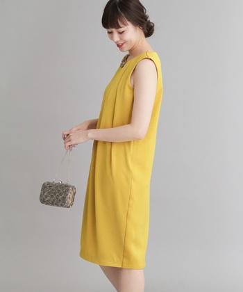 イエローのドレスは、ハッピーな魅力いっぱい!胸元にあしらわれたランダムなタックが、シンプルなドレスにちょうど良い個性をプラス。胸元のビジューはアンティークな風合いが◎。