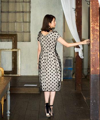 繊細なオーガンジーから覗くドット柄が大人のお呼ばれにぴったりな、高級感のあるコクーンシルエットのドレス。着こなし次第でかわいくもカッコよくも決まる、トレンド感が魅力です。