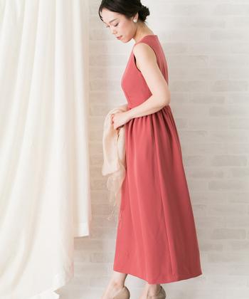 綺麗なIラインが魅力のドレスは、程良いカジュアルさが感じられるデザイン。華やかさが欲しいけれどフェミニンになりすぎたくないときには、こんなピンク寄りのミルキーオレンジカラーがおすすめ。